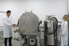 Standard: Thermal vacuum chamber (10K to 350°C)